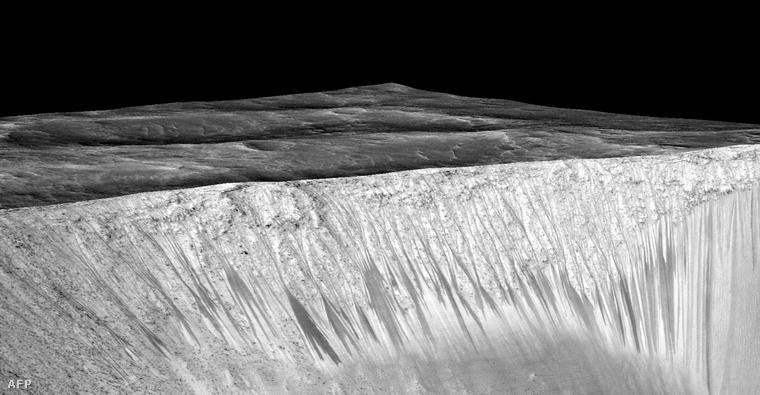 A kráter oldalán látható sötét vonalak is víz munkájára utalnak a NASA most megjelent tanulmánya szerint.