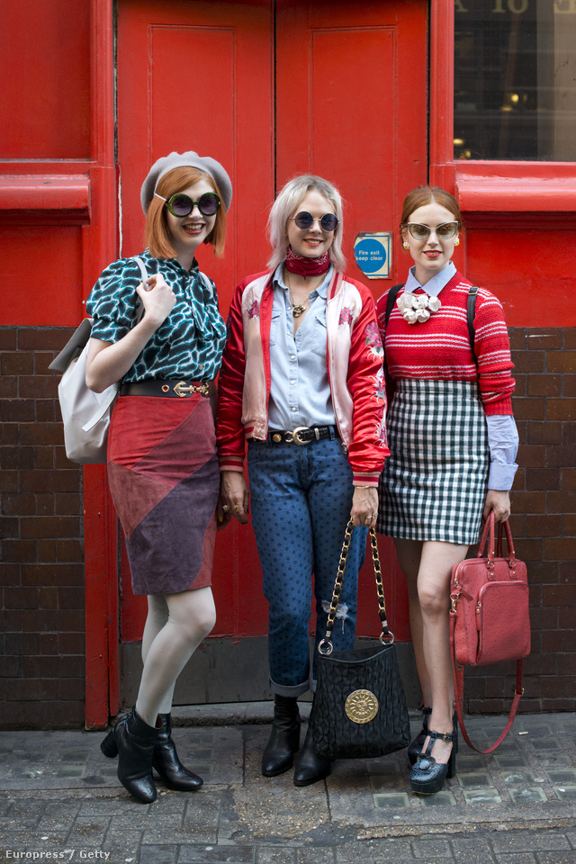 Retro stílusban utazó divatrajongók a londoni divathéten.
