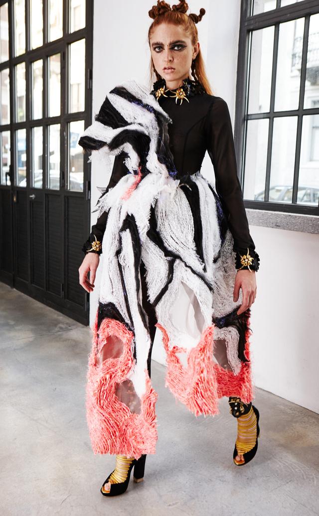 Akár a couture hétre is beillő darab Abodi Dóra kollekciójában.