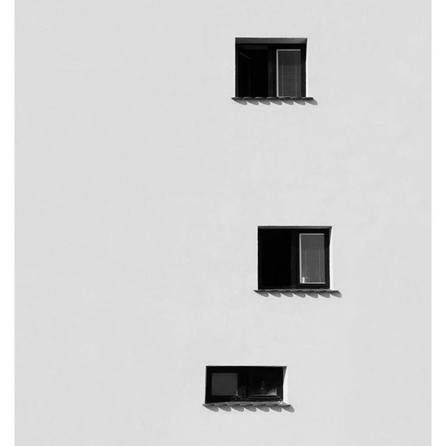Szokatlanul kis méretű ablakok Lembergben.