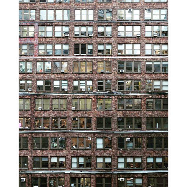 Irodaépület sűrűn rakott ablakai a 38.utcában New Yorkban.