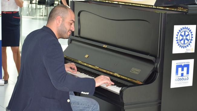 Világsztár játszott a ferihegyi repülőtéri zongorán