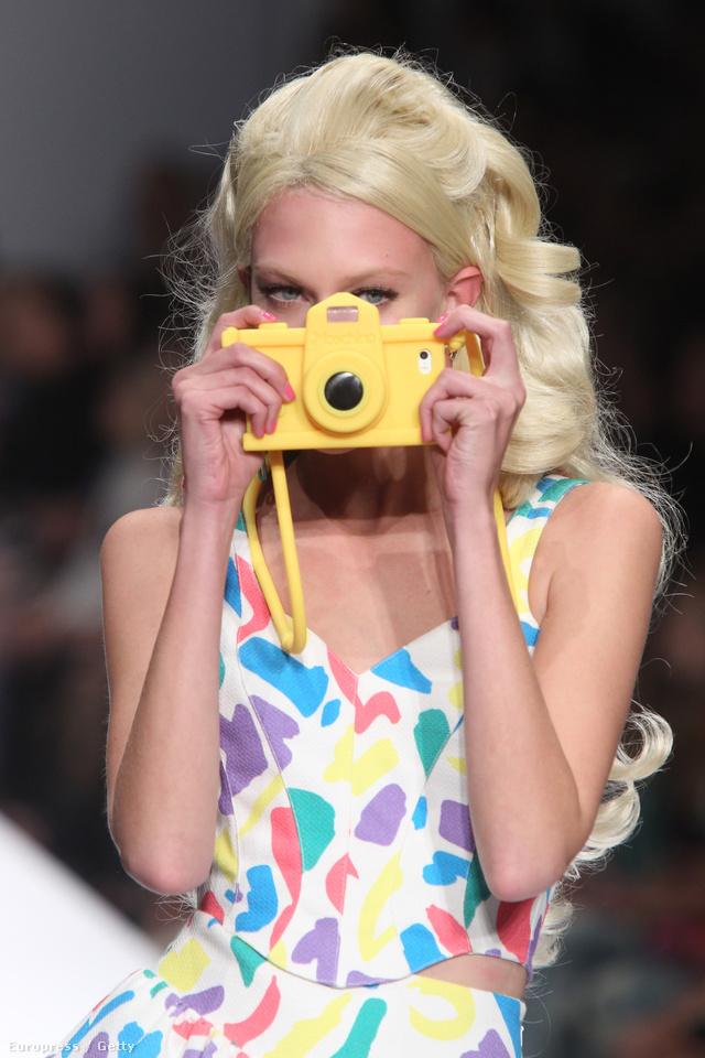 Nyakba akasztható sárga fényképezőgép a Moschino 2014-es szeptemberi kifutóján.