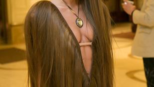 Cinthya Dictator két nyisszantással vágott magának új hajat