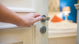 Megoldások apró lakásokba, hogy az ajtó se foglaljon olyan sok helyet