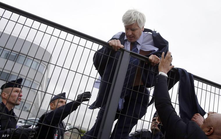 Pierre Plissonnier az Air France igazgatója próbál menekülni a feldühödött dolgozók elől, miután az bejelentették, közel 300 embert épít le a cég.