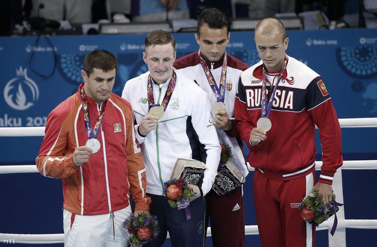 Az ezüstérmes azerbajdzsáni Xaybula Musalov, az aranyérmes ír Michael O'Reilly valamint a bronzérmes Harcsa Zoltán és orosz Makszim Koptyakov (b-j) a bakui I. Európa Játékok férfi ökölvívó-tornája 75 kilogrammos súlycsoportjának eredményhirdetésén 2015. június 27-én.