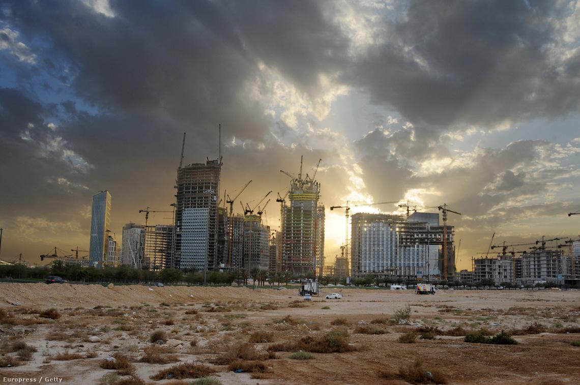 Az Abdullah király üzleti negyed épülő felhőkarcolói Rijádban (2012.)