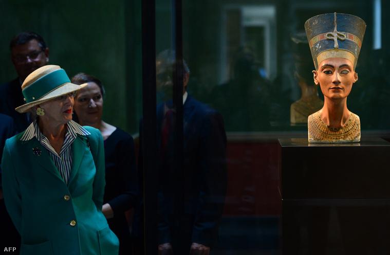 Királynők egymás között. II. Margit dán királynő látogatja meg Nofertiti mellszobrát, a berlini Neuses Múzeumban.