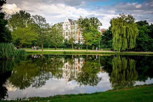 Vondelpark, Amszterdam - A hetvenes években ez volt a hippik egyik kedvenc találkozóhelye, a 43 hektáros park legutóbbi felújítását 2010-ben fejezték be. Ez az a park, ahol sötétedés után legális az összebújás, meztelenül napozni azonban tilos.