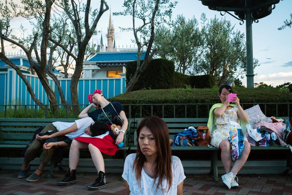 Képei tényleg leginkább csak elkapott hétköznapi pillanatok, amik nem valami eseményt akarnak bemutatni, vagy történelmi dokumentumként akarnak szolgálni arról, hogy mi van Thaiföldön 2014-2015-ben, hanem csak az utca mágiáját vagy szépségét akarják megragadni.