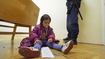 Az ügyész tollával rajzolgatott a kétéves Ellah, amíg kiutasították a családját