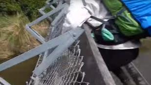 A lábuk alatt fordult ki a függőhíd, 8 métert zuhantak