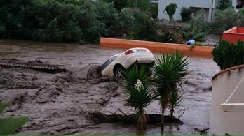 Autókat mos a tengerbe a víz Szicíliában