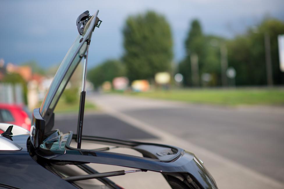 Rosszul sikerült parkoláskor nincs nagyobb áldás, mint a külön nyitható hátsó szélvédő.