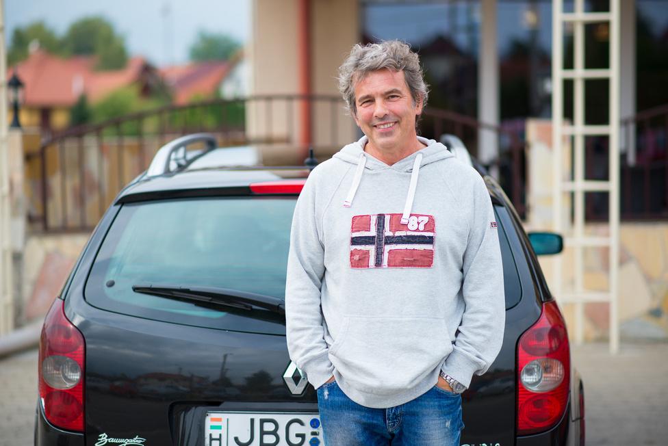 Ernő három infarktus után már inkább leadta az üzletet a fiának. A Lagunát meg lassan nyugdíjba küldi, bár még nincs egészen kitalálva, mi is legyen vele. Nem akar még egyszer új autót venni, de az elég nehéz lesz, mert nagyon vágyik az Alfa Giuliára.