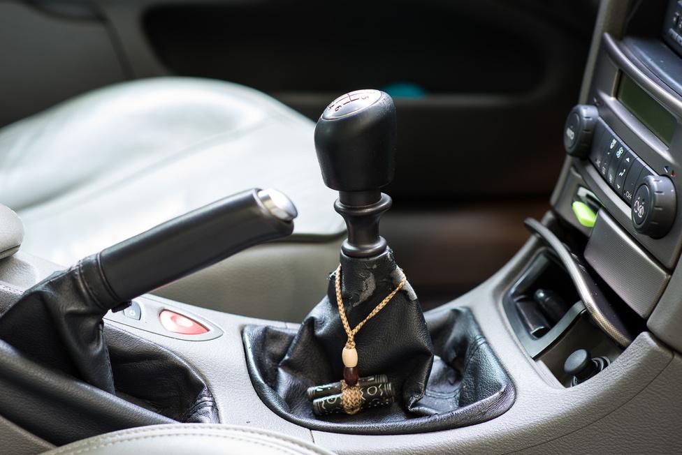 Ha a Renault, mármint ez a konkrét autó is úgy akarta volna, önök már hónapokkal ezelőtt megtekinthetik, csak a fotózás egyeztetett napján tönkrement a váltója. Bontott váltó a Mátraaljáról 95 ezer forintért. Engem kicsit váratlanul ér a hat fokozat, a váltási érzet meg... hát arra sajnos emlékszem.