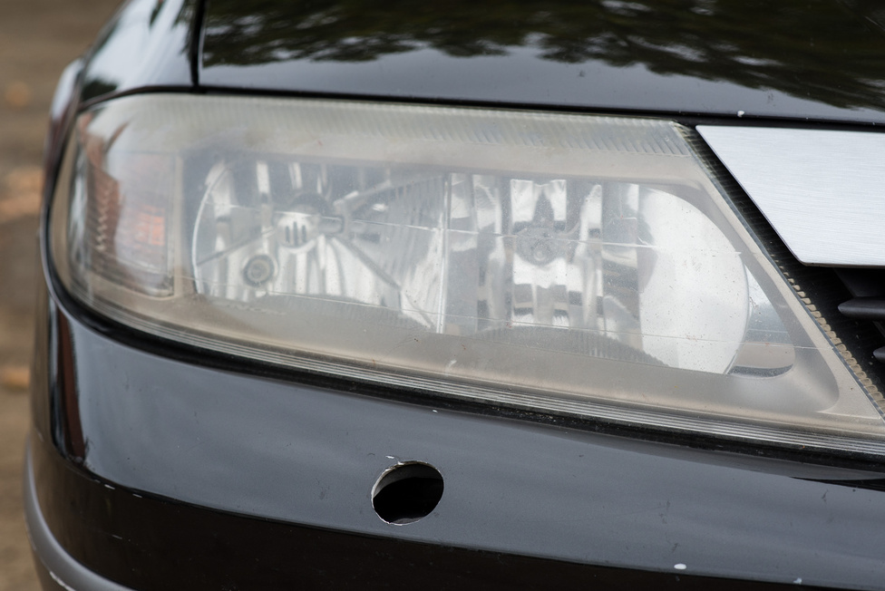 A jobb oldali szélvédőmosóból egyszer csak úgy elveszett a fúvóka. Pedig a xenon vitézül világít, a szintszabályozással sincs baj. Csak egy kart kellett benne pótolni valami Zsiguli karburátor-alkatrésszel, ami valószínűleg elterjedt magyar kendácsmegoldás. Azóta az is kiesett, és egy újabb magyar megoldással pótolták, ami vasból van. Ezt egy Renault-tulajdonos úgy mondja, hogy a xenon szintszabályozása maga az örök élet.