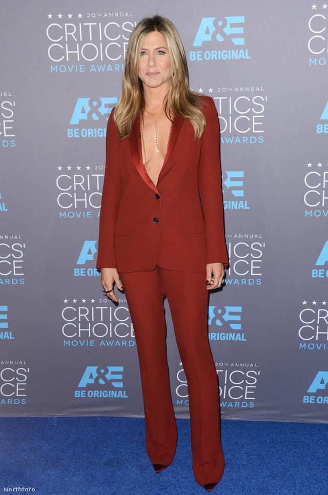 Jennifer Aniston egy mélyen dekoltált, burgundi árnyalatú Gucci  zakóban és élére vasalt pantallóban jelent meg a 2015-ös Critics 'Choice Awardson. A jól szabott szettet egy hegyes orrú Christian Louboutin cipővel egészítette ki.