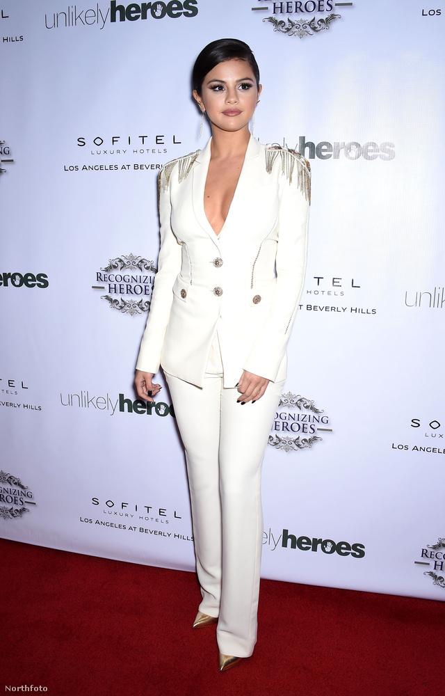 Selena Gomez ebben az arany válldísszel feldobott fehér Versace kosztümben jelent meg egy Los Angeles-i gálán 2014 novemberében.