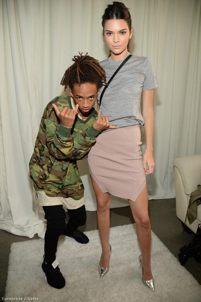 Egyszerű szürke pólóban, koszos rózsaszín, két oldalt felsliccelt szoknyában és ezüst színű, hegyes orrú cipőben jelent meg Kanye West második Yeezy bemutatóján New Yorkban. A képen a magvas gondolatairól ismert celebgyerekkel, Jaden Smith-el pózol.