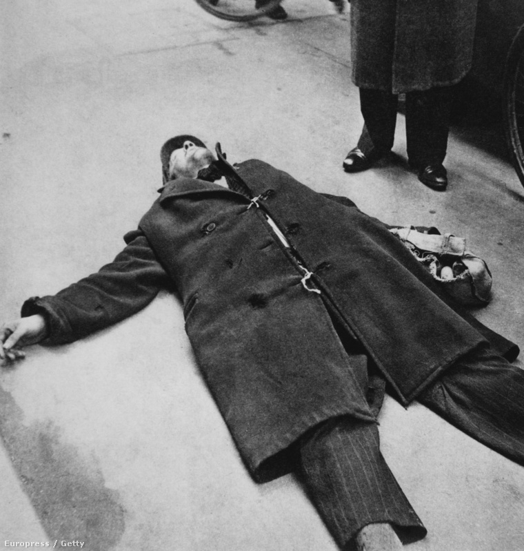 Eszméletlen holland férfi a nagy éhínség idején, 1944 telén