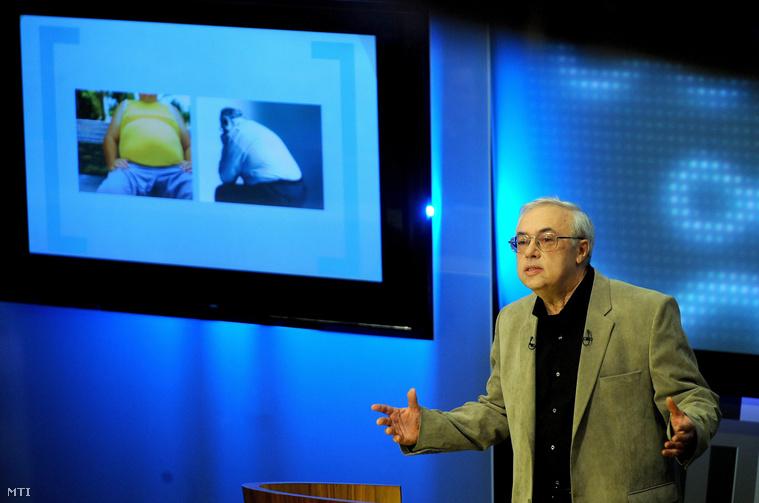 Falus András akadémikus a Semmelweis Egyetem Genetikai Sejt- és Immunbiológiai Intézetének igazgatója előadást tart Az egészség és a betegség komplex szemlélete a genetikai állományunkról és a környezeti hatásokról szerzett tudásunk fényében címmel