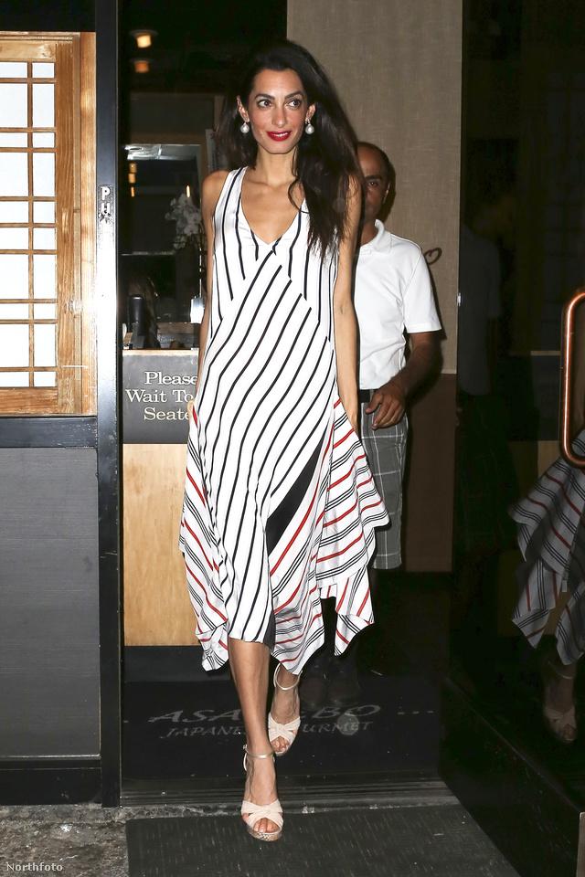 Amal Clooney 1095 dollárért, 299 ezer forintért szerezte be ezt a Tome által tervezett csíkos selyemruhát.