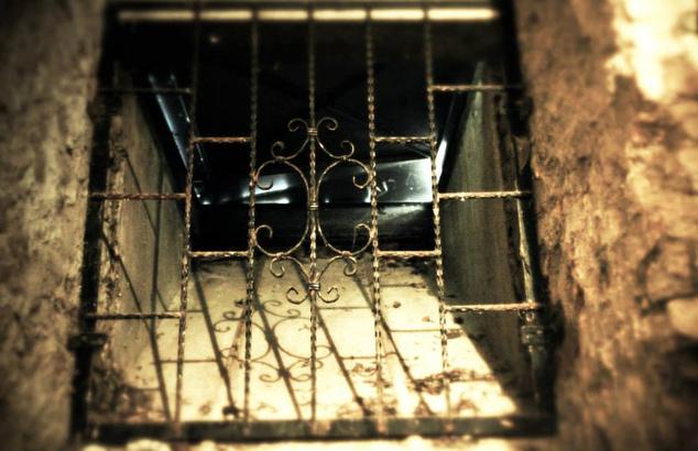 Az Odalent hűvös pincerendszerének ablaka Gyulán