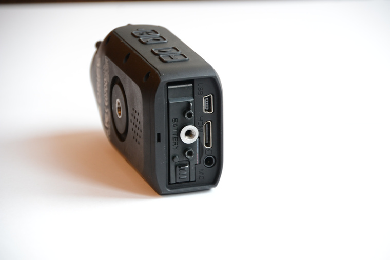 HDMI, USB, és mikrofon csatlakozó, valamint az 1700 mAh-es akkumulátor