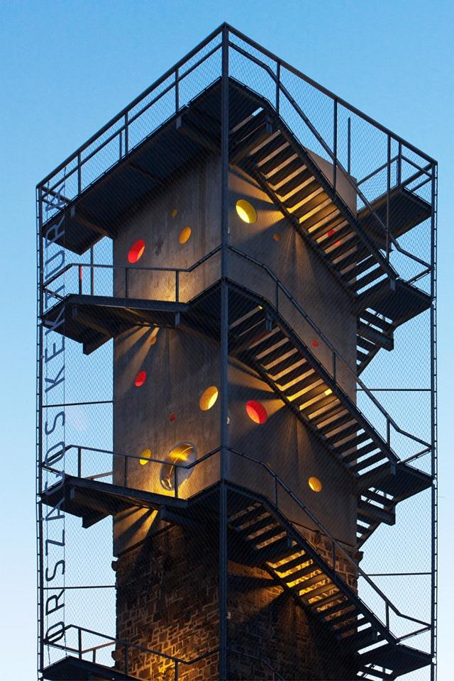 Kovács Csaba és  Vass-Eysen Áron munkája a a természet tiszteletét és szeretetét a modern építészet elemeivel ötvözi.