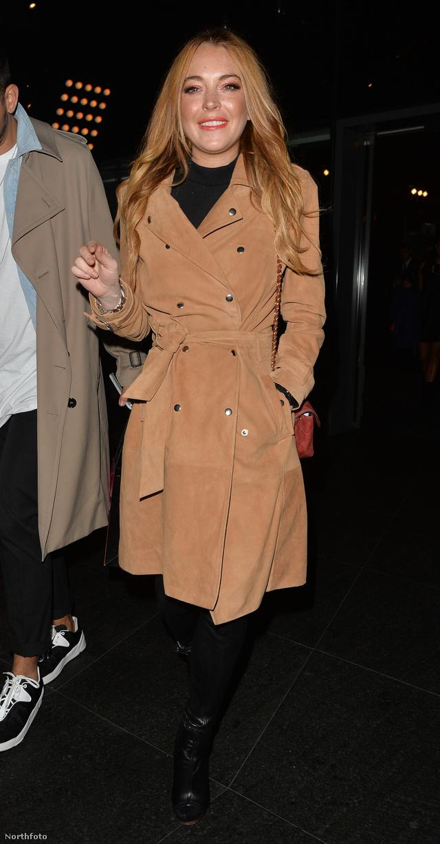 Lindsay Lohan egyszerre három divatban tartott trendet is villantott a minap Londonban, a színésznőt egy fekete magasított nyakú felsőben, egy hetvenes évek stílusát idéző viharkabátban és fekete combcsizmában kapták lencsevégre.