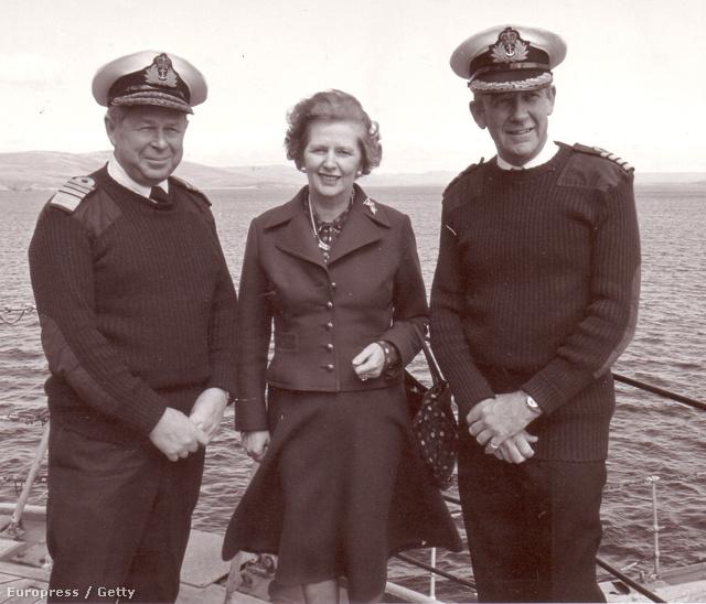 Margaret Thatcher egy hadihajón a Falkland szigetek közelében a háború idején
