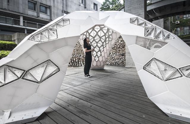 A Laboratory for Creative Design két dizájnere, Yu Lei és Xu Feng Silky Concrete installációja. A duónak az egyik plázában is volt kiállítva munkája Vulcan pavilon néven.