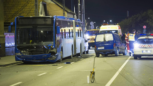 Busszal ütközött két kocsi Budapesten, ketten megsérültek