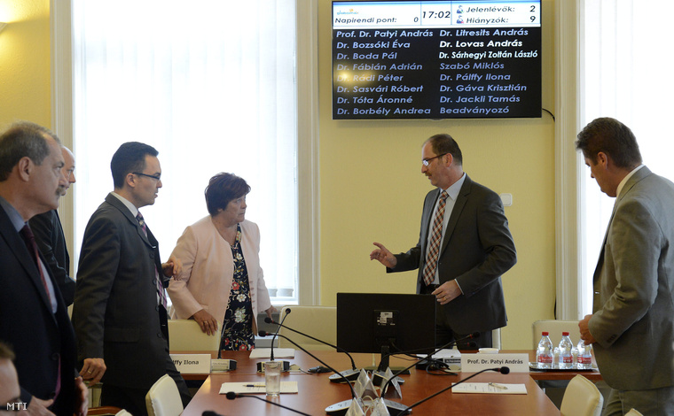 Pálffy Ilona az NVI (j3) és Patyi András az NVB elnöke (j2) a Nemzeti Választási Bizottság (NVB) ülése előtt a Nemzeti Választási Irodában (NVI) 2015. szeptember 24-én.