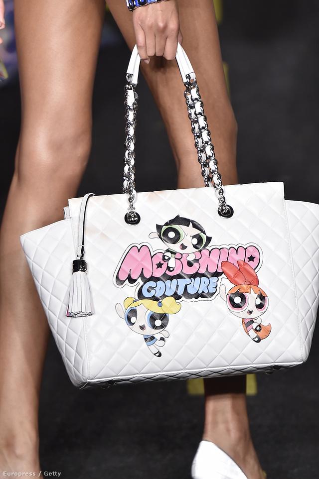 A Moschino kellő marketingérzékkel rendelkező tervezője, Jeremy Scott Pindúr Pandúrokat nyomott a luxustáskákra.