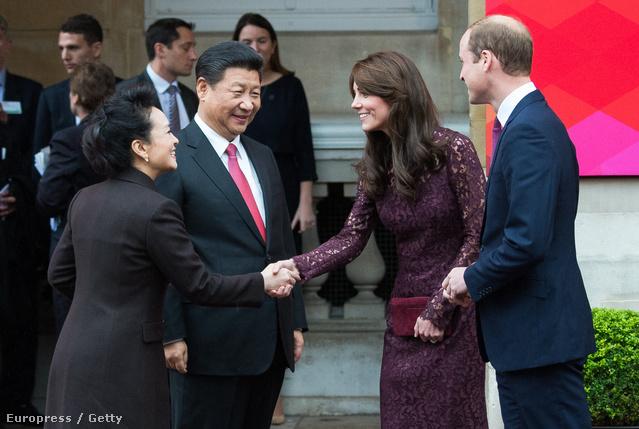 katalin és Vilmos október 21-én kezet ráz a Hszi Csin-pinggel és feleségével, Peng Li-jüannal Londonban. A pár a Kínával való kreatív és kulturális a Lancaster House előtt.