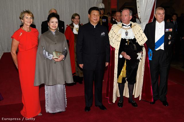Október 21-én este a Lord Mayornál vacsorázott az elnöki pár, a képen balról jobbra: Gilly Yarrow, Peng Li-jüan,  Hszi Csin-ping, Alan Yarrow és András herceg.