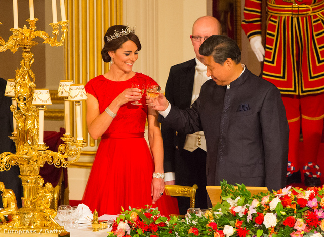 A kínaiak nem értik, miért nem vesz Katalin egy új tiarát, hisz lenne rá kerete.