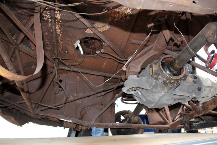 Így néz ki a kocsi hátulja alatti csőváz-kompozíció, meg a hátsó futómű maradékai