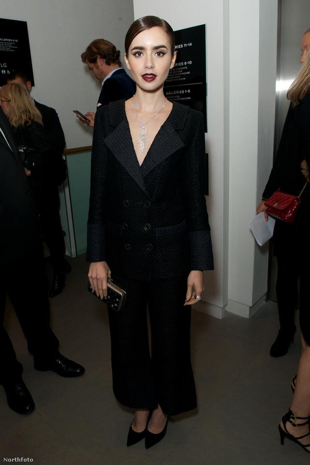 Lily Collins egy bogyó árnyalatú rúzzsal és egy fekete nadrágkosztümmel letudta a gót vonalat Londonban.