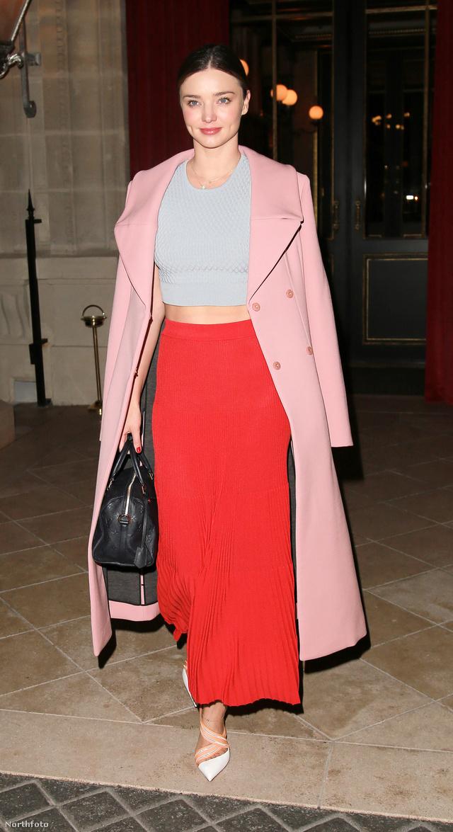 Miranda Kerr egy sápadtkék haspólóval és pasztell rózsaszín kabáttal viselte a hosszú piros szoknyát Párizsban.