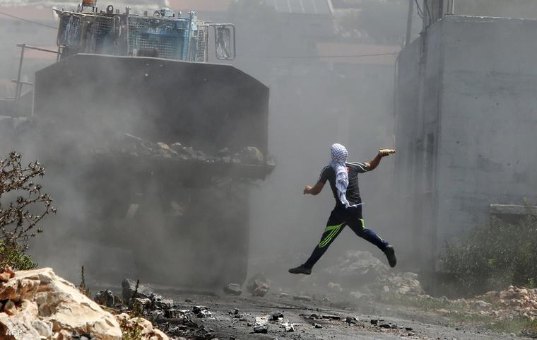 Egy palesztin tüntető dob el egy festékkel teli üveget, 2015 augusztusában