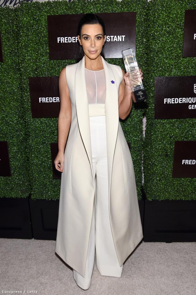 Az amerikai First Lady szerepére pályázó Kim Kardashian gyakran leplezi telt idomait hosszú kabátokkal. Mostanában előszeretettel viseli ennek ujjatlan verzióját is az összejöveteleken.