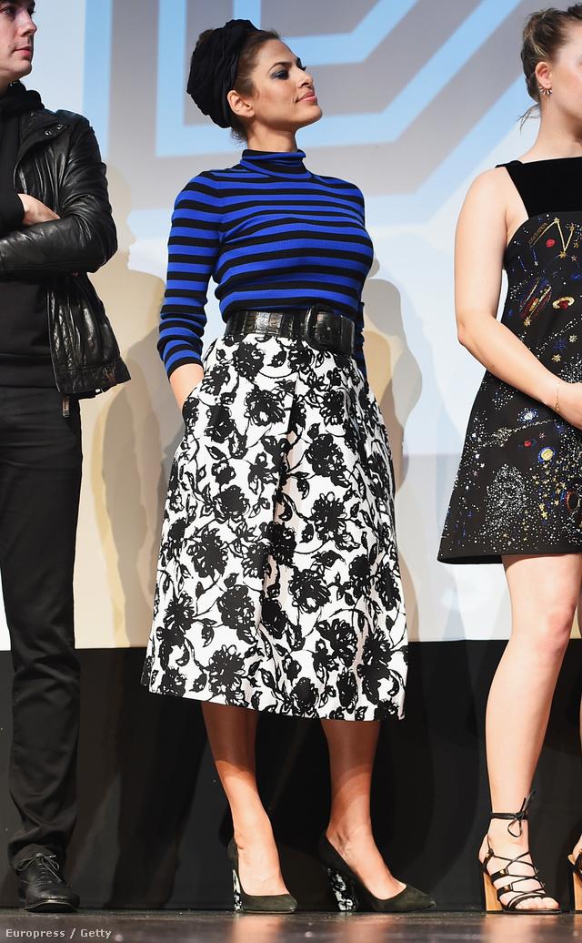 Nagy kedvencünk Eva Mendes szettje, aki az SXSW Fesztiválon jelent meg ebben az övvel átfogott virágos szoknyában és kék-fekete garbóban.
