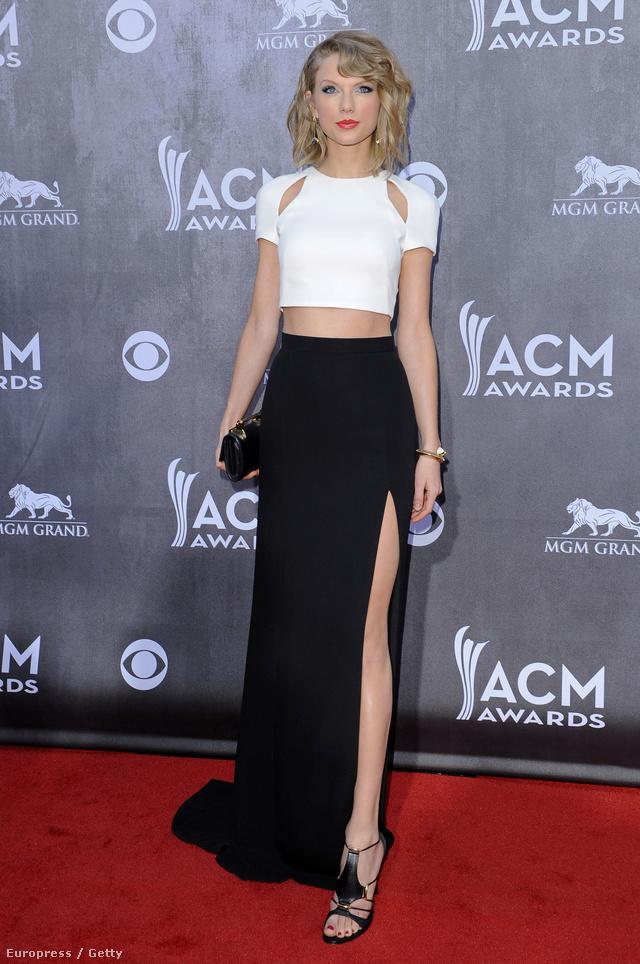 Fehér hasvillantós felsőben és combtőig felsliccelt fekete szoknyában a 49. Annual Academy Of Country Music Awardson Las Vegasban.