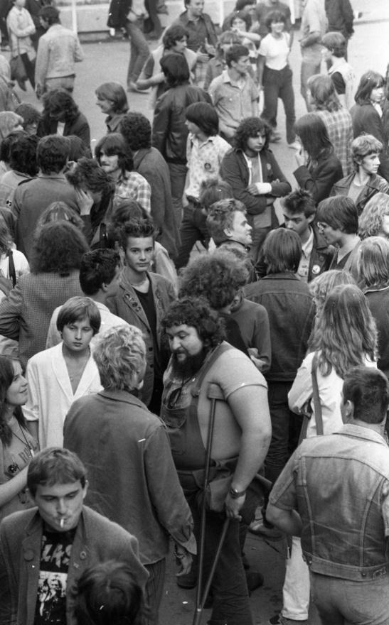Közben a rendszer tűrőképességébe beleférők a legnagyobb koncerteken 7 ezren is voltak. Nekik előbb végig kellett állniuk a Duna-parton a sokszor 2-300 méteres sort, mire bejutottak. A kiemelt eseményeken 10 forint volt az egyébként fele annyiba kerülő belépő, bent a fasírtos kenyér öt forint, a kolbászos hat. Egy pohár sör 4 forintot adtak, de nem volt benne sok köszönet: Kinizsit és pilsenit csapoltak, de úgy felvizezték szódával, hogy Schuster Lóri például csak sör-hosszúlépésként emlékezett meg róla. Az amatőr zenekaroknak gázsi helyett szintén csak sör-virsli járt.
