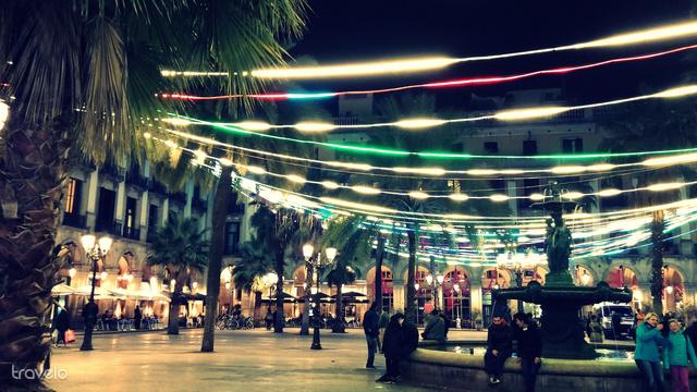 Neonszínű fények a Placa Reialon