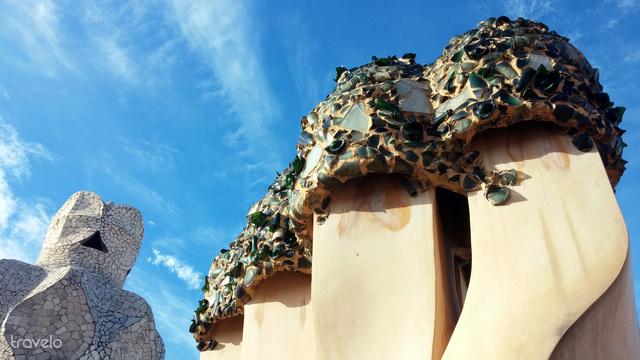 Barcelona: Kémények és szellőzők Gaudi híres épületének, a Casa Milának (vagy más néven a Pedrerának) tetején, csodás téli napsütésben